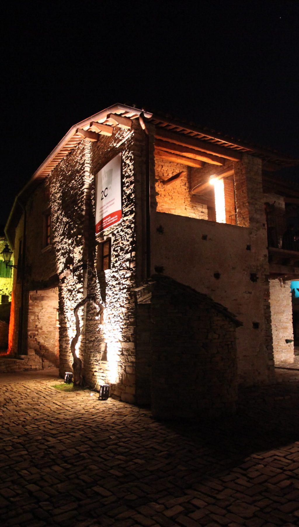 Una veduta notturna del borgo